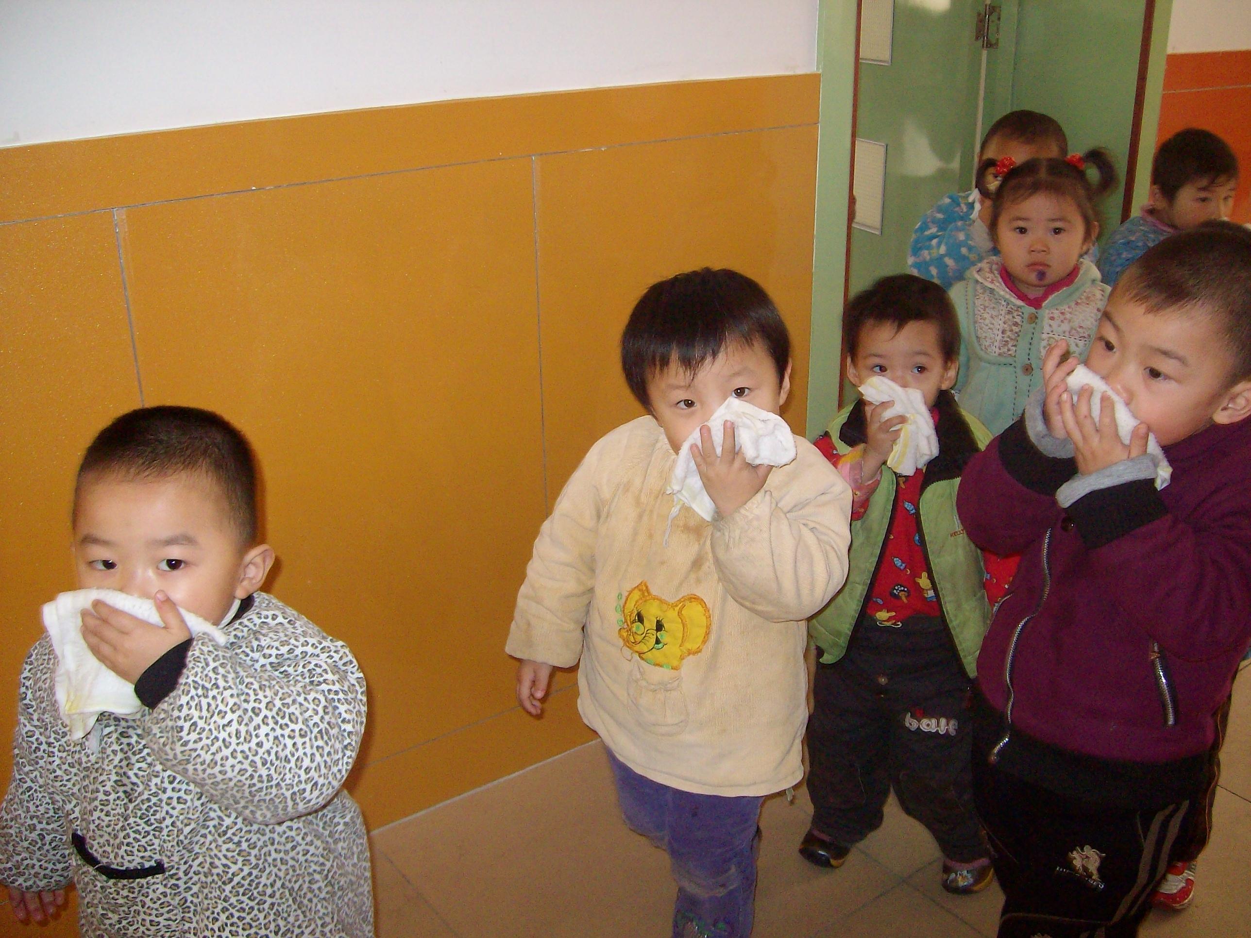 演练活动开始,警报声响起,各班老师带领幼儿取下浸湿的小毛巾,捂住口鼻,弯下身子迅速撤离活动室;然后,在老师的指挥和带领下,按照安全疏通路线有序的快步走向楼梯;最后,通过两个安全出口,全体人员集合到空旷的操场上,清点人数。演练活动历时3分钟,全部完毕。