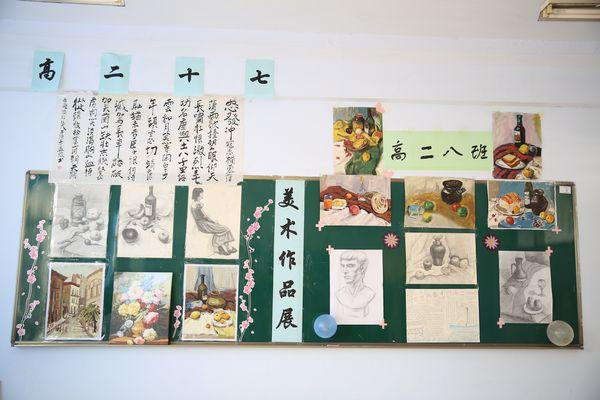 校领导班子参观学校第三届艺术节美术作品展图片